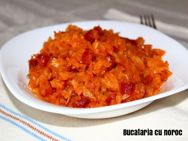 Varza calita cu carnaciori picanti - Bucataria cu noroc