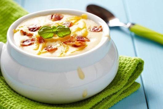 Сырный суп с копченостями  Свиные копченые ребрышки — 500 г мягкий плавленый сыр — 160 г сливки 33%-й жирности — 200 г лук — 1 шт. стебели сельдерея — 150 г картофель — 1–2 шт. томатная паста — 2 ст. л. вода — 800 мл ломтики бекона (по желанию)