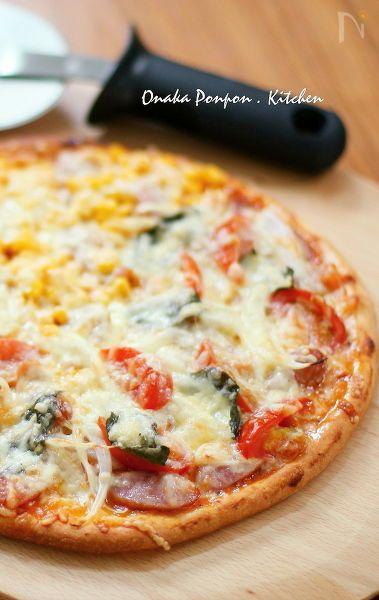 必死に捏ねなくても適度に捏ねればできてしまう簡単なピザ生地。  発酵時間も短くトッピングの準備時間でOK。手軽に美味しく作ります。