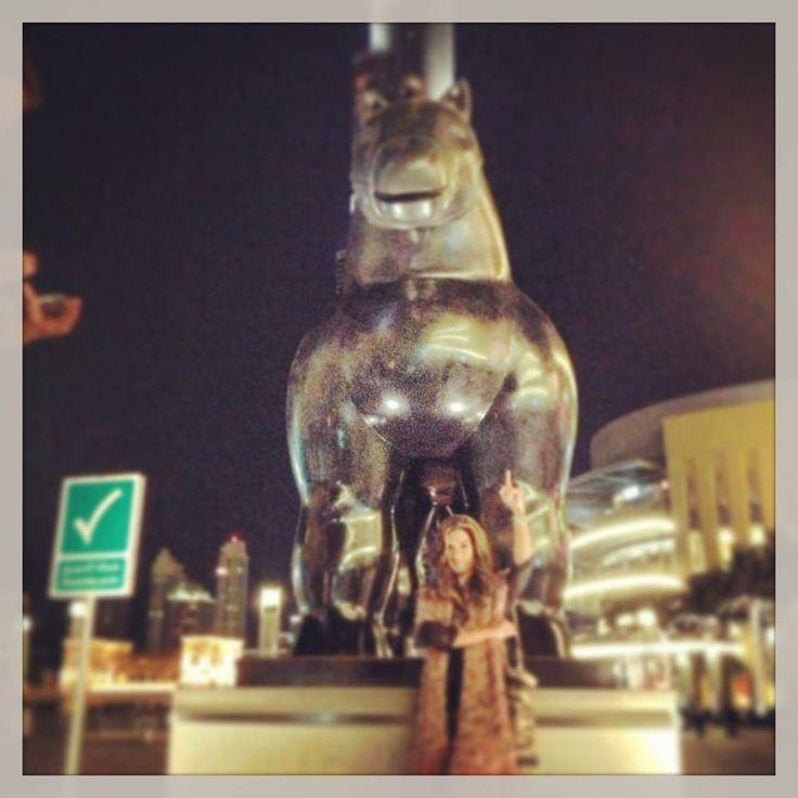 En el Burj Khalifa Dubai Mall Fountains .....una estatua de Botero..Grande  Agradeciendo a papa Dios :)