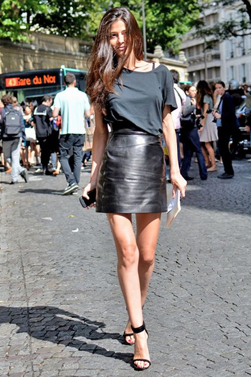 leather skirt: Street Fashion, Black Style, All Black, Leather Skirts, Black Leather, Design Handbags, Street Style, Style Summer, T Shirts