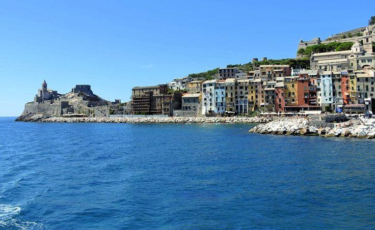 Veduta dal mare del piccolo, ma incantevole comune di Portovenere sulla splendida riviera spezzina. B&B in provincia di La Spezia in Liguria qui http://bedandbreakfast.place/it/bb-liguria/la-spezia