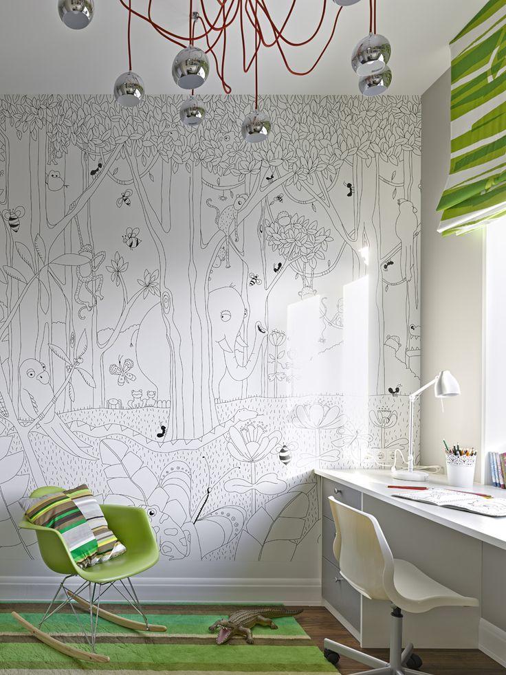 Для светлой комнаты подойдет белый письменный стол, а зеленые элементы интерьера добавят ярких штрихов