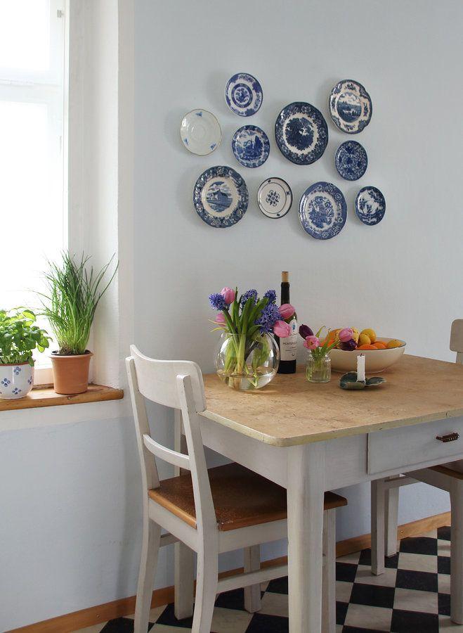 Meine liebsten weiß-blauen Teller, die ich auf den unterschiedlichsten Flohmärkten in Schweden ergattert habe, schmücken jetzt die Küchenwand :heart: