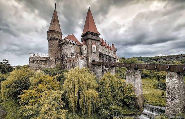 Kis Hazánk gyönyörű várakkal van tele, ahová évente emberek ezrei látogatnak el. De mi a helyzet az eldugott romvárainkkal? Ezekből is igen sok van, most megismerheted a legszebbeket!