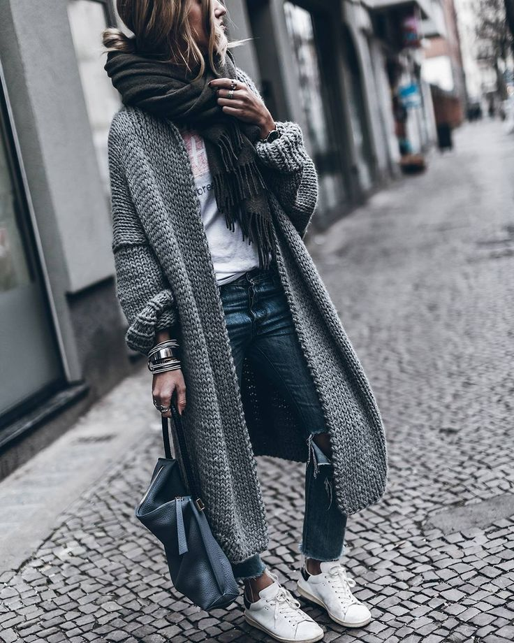 Quand le confort rencontre le style...  #lookdujour #ldj #knitwear #cozy #comfy #streetstyle #style #inspiration #oversized #whitesneakers #knit #regram  @mikutas