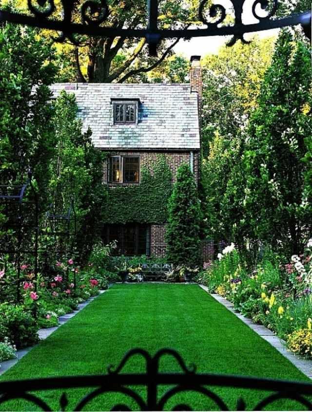 Landhaus im Cottage-Stil-mit Efeu bewachsenen Seitenfassaden-gepflegter Rasen