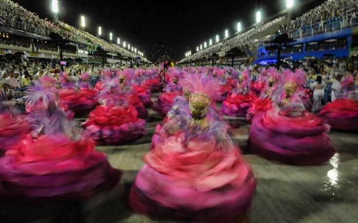 Sob chuva, baianas giram na Sapucaí durante desfile da Mangueira