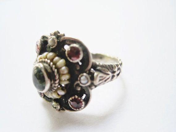 Unincantevole Piazza luce anello ornato con gemme di fronte: peridoto, granati e perle di seme. È fatta molto bene e anche la tibia è ornata. Sul retro è stampato con quello che sembra 900 (90% di argento puro). Esso infatti test positivo per largento.  Dimensione è 6. Faccia misura 1.8 x 1.6 cm (5/8 x 5/8). Il peso è di 4,3 g.  Per altri gioielli da Turchia: https://www.etsy.com/shop/anteeka?search_query=turkish  Per anelli di più: https://www.ets...