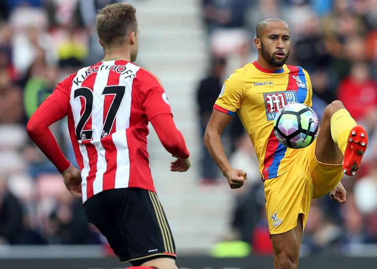 Sunderland's Jan Kirchhoff (left) battles for the ball with Crystal Palace's Andros Townsend