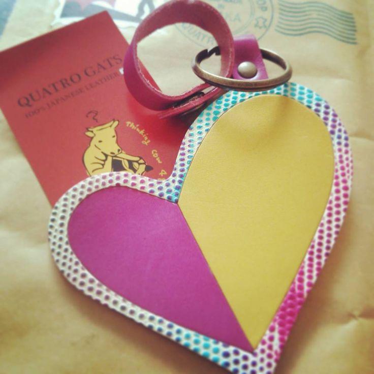 ♥ お仕事場の方にネイルチップを作らせてもらった。 そしたら、後日お礼でめっちゃ素敵な革のキーホルダーいただいたぁ❤ 「色は、ひろみちゃんイメージで♡」と♡ きゅーーーん♡♡♡嬉しすぎる!!! 大事に使わせてもらいます♡  #キーホルダー #革小物 #かわいすぎて使えない #いやもちろん使います #そうだ家の鍵つけよう #quatrogats #小さいふ ってネーミングかわいい♡