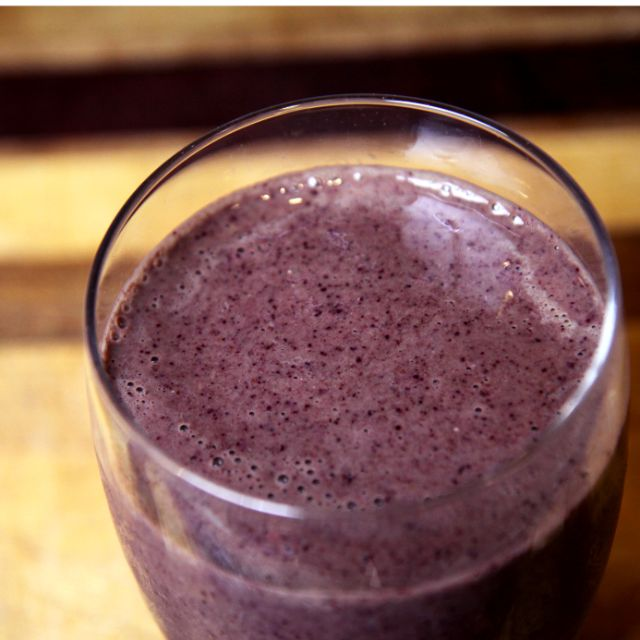 Drink Yourself to a Flat Belly: Pineapple Kale Blueberry Smoothie (sub non-dairy yogurt)
