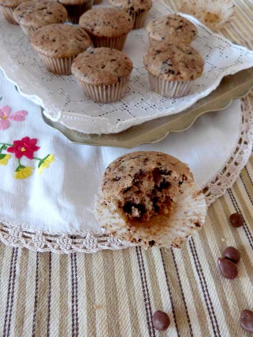 Muffins con chips de chocolate Healthy Recipes, Healthy Meals, Breakfast, Minis, Food, Afternoon Snacks, Food Cakes, Muffin Pans, Clean Eating