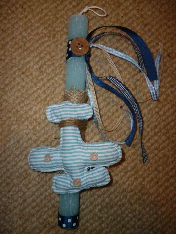 Πουά και καρό σατέν κορδέλα σε μπλε αποχρώσεις σε συνδυασμό με σπάγκο, λινάτσα και ξύλινο διακοσμητικό κουμπί συγκρατούν το ριγέ αεροπλανάκι πάνω σε ένα στρογγυλό αρωματικό σαγρέ κερί !