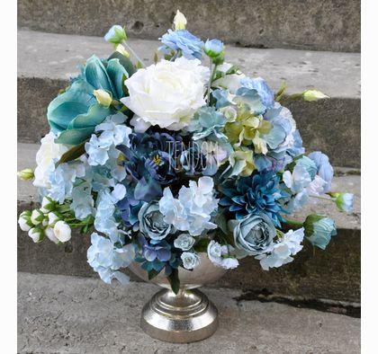 Kompozycja z sztucznych kwiatów w odcieniach niebieskiego w eleganckim naczyniu od tenDOM