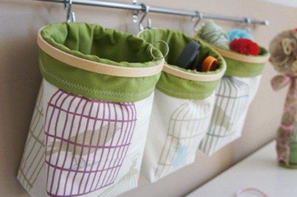 刺繍をする時に布地をピンッとはるための用具、刺繍枠。丸い形が一般的。刺繍で使う以外にも飾るアイテムとして活用方法がある。丸い形が可愛らしいから、参考にして見て。 etsy 刺繍枠に布地を張って、花のモチーフを付けて。丸い形が印象的なデコレー...