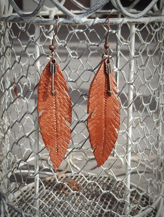 Pendientes de la pluma de cuero pintaron con pintura de cobre hermoso. ¡Tiene un pequeño colgante de flecha hacia abajo para simplemente darle ese especial algo