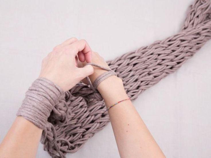 Tutorial fai da te: Come fare una sciarpa ad anello senza ferri con l'arm knitting via DaWanda.com