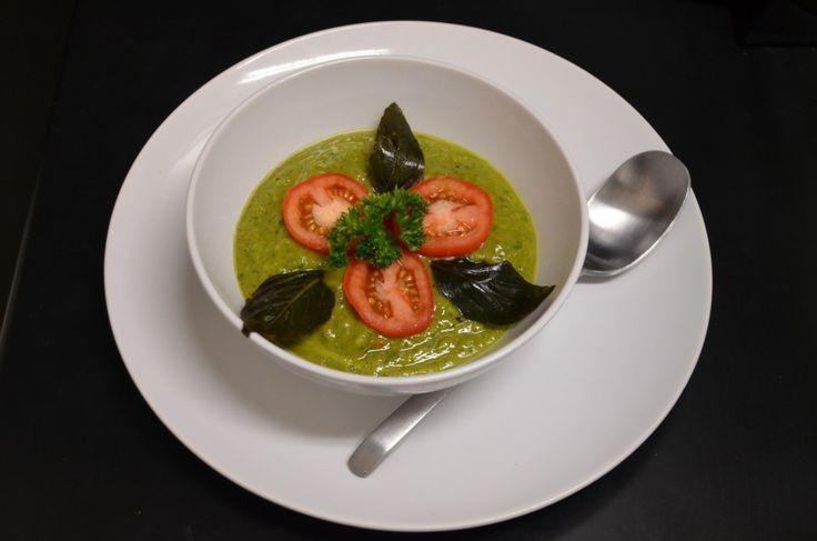 Сыроедческий постный томатный суп-пюре с авокадо
