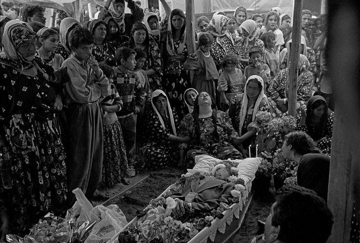 Τσιγγάνοι σε κηδεία στον Τύρναβο το 1995.φωτ.Τάκης Οικονομόπουλος