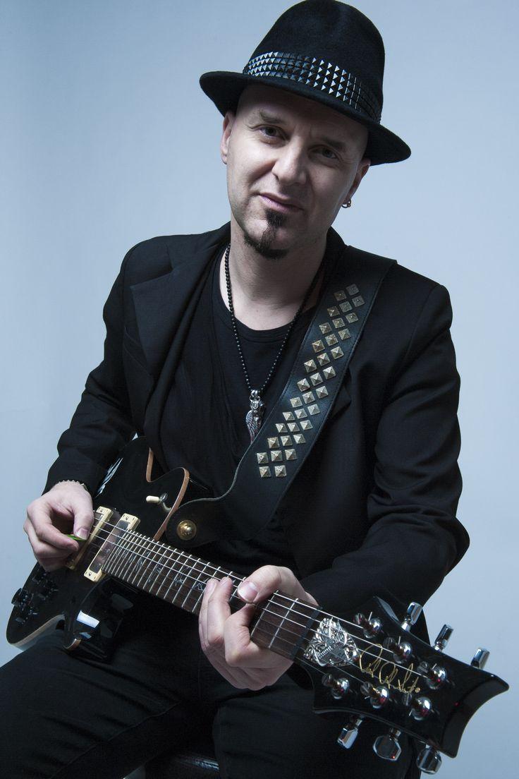 """""""Swallow"""" PRS guitar silver truss rod cover for Skunk Anansie - Ace. Handcrafted by JAY TSUJIMURA  スカンクアナンシーのギタリスト エースのPRSギターに、彼のトレードマーク""""スワロー""""のトラスロッドカバーが着いている。  ギターのトラスロッドカバーをシルバーで立体的に細工した作品は世界でも稀だ。 どれぐらい立体的か? ヘッドのトップと弦の間の隙間は約4ミリしかない。 純正のトラスロッドカバーは約2ミリ、JAY TSUJIMURA の創るトラスロッドカバーは約3.5ミリの厚みで巧みな技と感性で仕上げている。  エースモデルは非売品ですが、フローラルは商品化しています!  www.shopjay.com www.facebook.com/JAYTSUJIMURA  #ace #skunkanansie #prs #trussrodcover #guitar #guitarist #tokyo #rock #london #skin #jaytsujimura"""