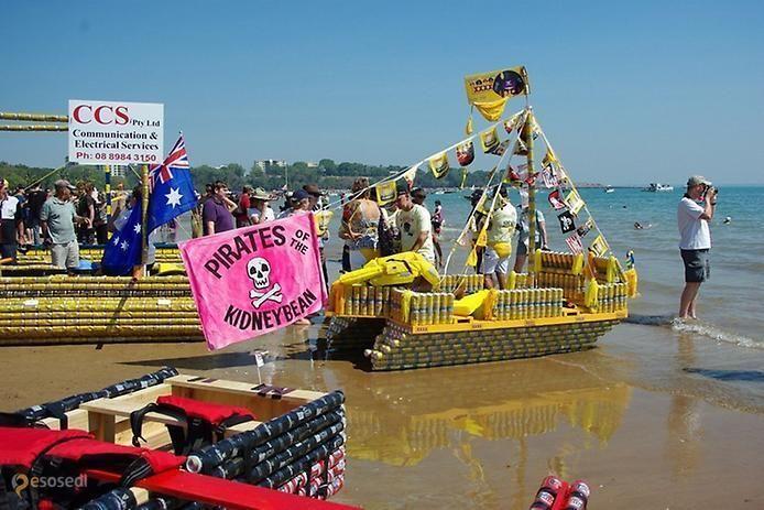 Пляж г. Дарвин – #Австралия #Северная_территория (#AU_NT) Почти 40 лет назад два находчивых австралийца придумали оригинальный и веселый способ борьбы с мусором, а конкретно, с валяющимися повсюду пустыми пивными банками, бутылками и картонными коробками. Они положили начало ежегодному мероприятию под названием Пивная регата Дарвина, принять участие в которой может кто угодно, главное условие - наличие судна, сделанного из пустой пивной тары и картонных коробок. Желающих поучаствовать с…
