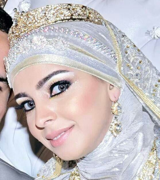 ♡ Moroccan bride wearing a hijab and crown