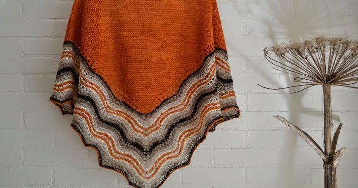 """Hap sjaal nummer 2 is klaar! Deze keer heb ik de kantrand wat verlengd en afgehecht met een """"stretchy bind off"""".             De oranje wol ..."""