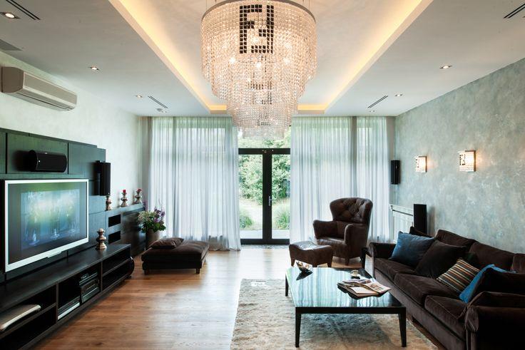Загородный дом — это пространство в котором существуют сразу несколько поколений. Интерьер дома создан для жизни дружной семьи. Есть пространства, в которых удобно принять гостей, место, где уютно собраться всей семьей, спальни, где приятно спать и комнаты, где хорошо побыть одному.   Светлая, просторная классика — увеличивает общее пространство. Белый цвет стен, лаконичные молдинги с зеркалами, классические белые двери — подчеркивают элегантность интерьера и превращают особенности холла…