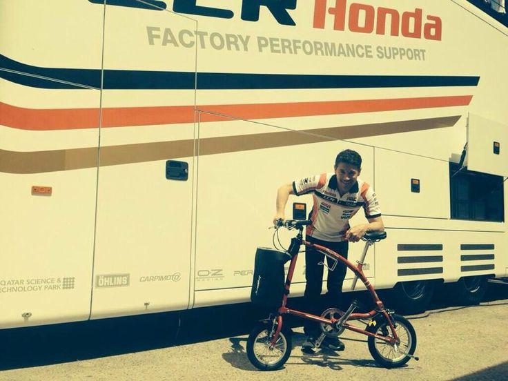 El equipo LCR Honda nos envía esta foto junto a la Ossby peronalizada que preparamos para el equipo durante el Gran Premio de MotoGP en abril de 2014 desde el Circuito de Jerez de la Frontera.