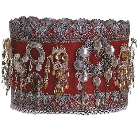 This was indicated as the crown for brides, Hallingdal, however, I see many søljes on this band....anyone know more about this?