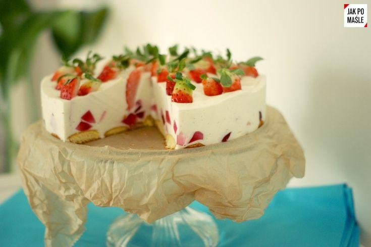 Jogurtowy tort z truskawkami – banalny przepis