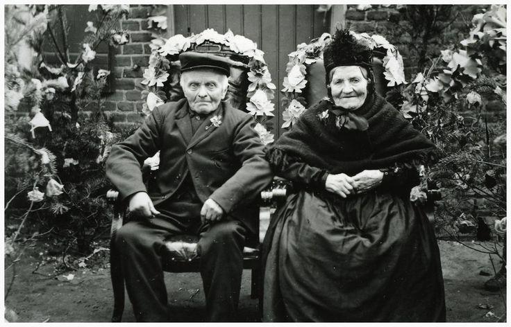 Meemortel OmschrijvingHet vieren van het Gouden huwelijksfeest (50 jaar) van Peter Hompes (1) en Hendrika van Distel Meemortel (2): het bruidspaar Auteur: niet vermeld - 1928 #Brabant