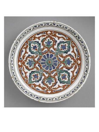 Plat à décor rayonnant avec rosette et lambrequins - Musée national de la Renaissance (Ecouen)
