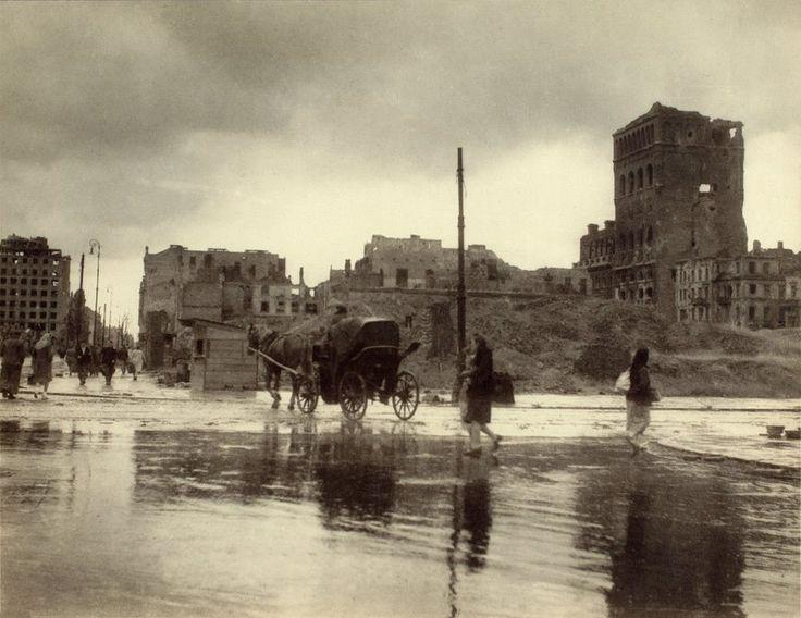 Warszawa - ruiny gmachu PAST-y (Polskiej Akcyjnej Spółki Telefonicznej), fot. Jan Bułhak (1945)