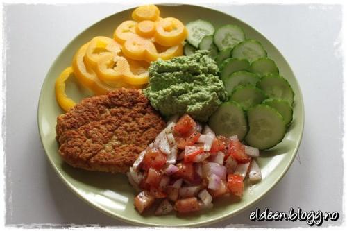 Kyllingburger med ertepesto og grønnsaker. (~Eldeen~)