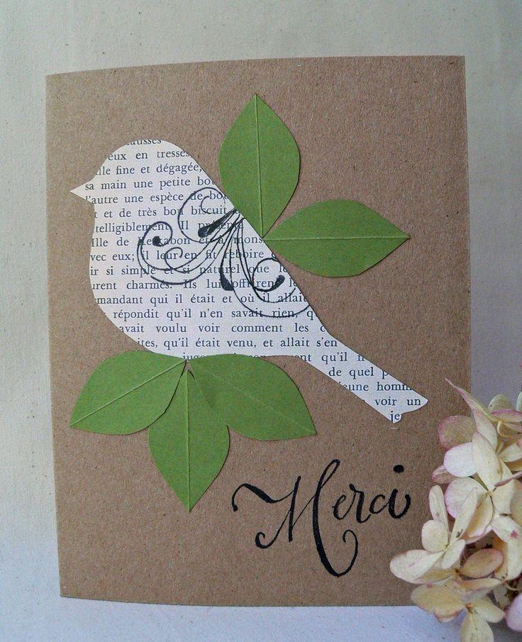 Dieser wenig französische Vogel sagt Danke mit einem eleganten Merci.  Die Handgehauene Vogel und Blätter auf diese ursprünglichen Grußkarte an Kraft Cardstock montiert sind. Der Vogel wurde von einer Seite des französischen Textes abgesenkt. Ich habe die Vogelflügels erstellt, durch das Stempeln ein Jugendstil-Windung in schwarzer Tinte.  4 1/4 x 5 1/2 Messen, ist das innere leer und bereit für Ihren eigenen persönlichen Grüßen.  -OR-ich wäre gerne einer der die Grüße auf dem letzten…