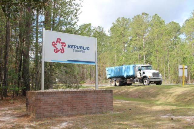 A waste-hauling truck leaves alandfill where Republic Services, the second largest waste management company in the United States, wanted to dump coal ash in Jesup, GA landfill. (Georgina Gustin/InsideClimate News)