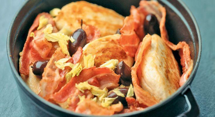 Cette cocotte de blancs de poulet au lard et aux olives est un véritable délice. À savourer en famille.
