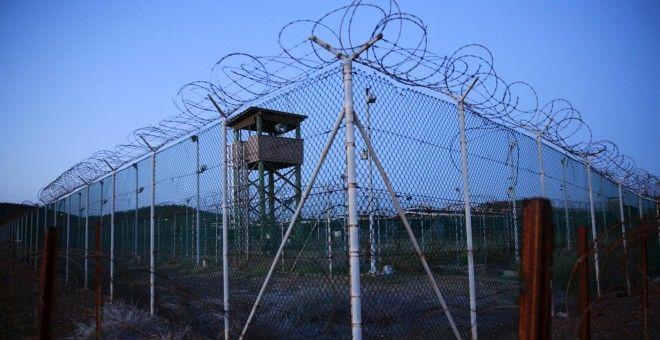 Imagen de la alambrada que rodea una torre de vigilancia  en el Campo Delta de Guántanamo/REUTERS