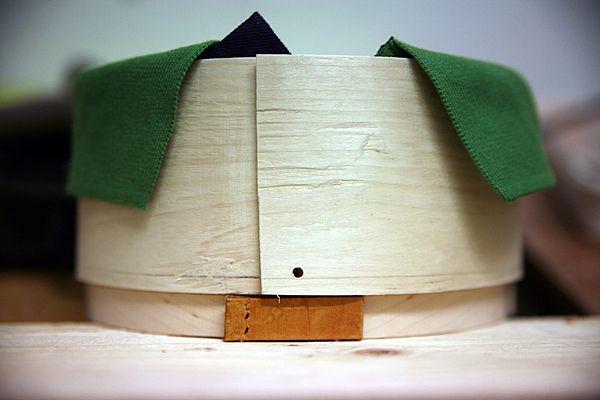 Jag provar olika material: Svepask med läder från en gammal IKEA stol och krage från en tröja.
