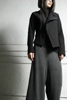 スーパーストレッチのスポーツ素材のブルゾンです。ハイテンションの裏起毛なので暖かく取り扱いも楽です。ショート丈で合わせやすいので、ロングスカートやサルエルパンツと合わせてモード感のあるコーディネートがおすすめです。