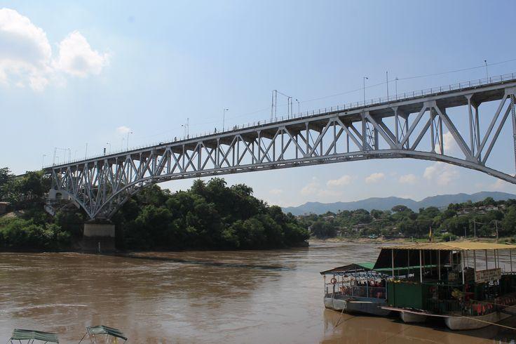 Río Magdalena y puente ferroviario en Girardot Cundinamarca.