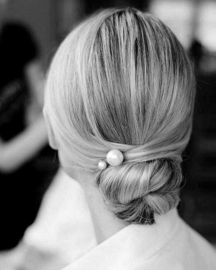 Acconciatura sposa con chignon basso e #perle per #sposaluxury ed elegante #wedding2018