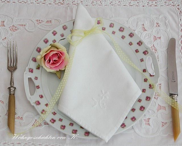 Acht hübsche Stoffservietten mit einem eingestickten Blümchen.     Stoffservietten machen einen gedeckten Tisch zur Festtafel.  Ein kleines Blümche...