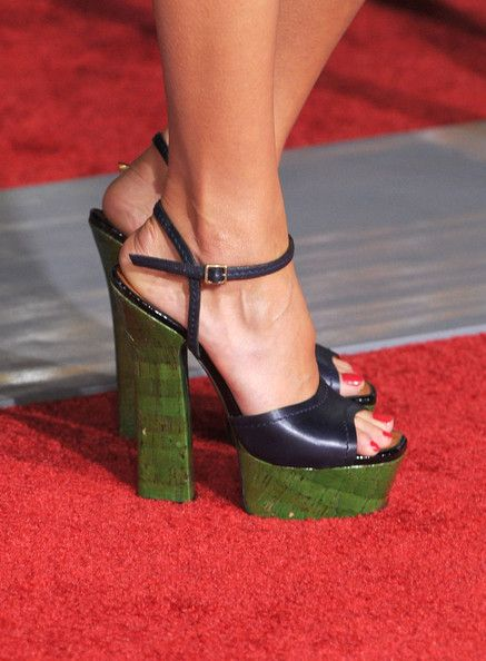 """Jessica Alba Photos Photos - Actress Jessica Alba arrives at the premiere of New Line Cinema's 'Valentine's Day"""" held at Grauman's Chinese Theatre on February 8, 2010 in Los Angeles, California. - Premiere Of New Line Cinema's """"Valentine's Day"""" - Arrivals"""