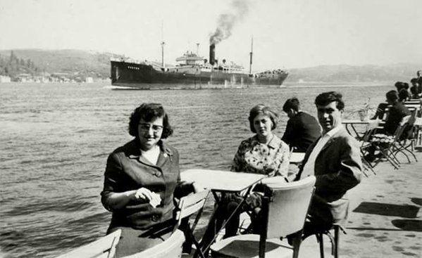 Arkadan geçmekte olan bir gemi ve Emirgan'da mutlu insanlar (1960'lar) #birzamanlar #istanlook #nostalji