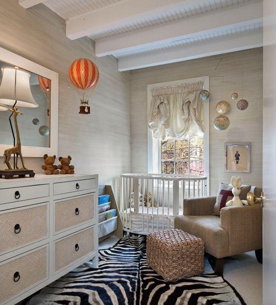 La tapisserie effet bois et les accessoires donnent à cette chambre classique une touche de modernité