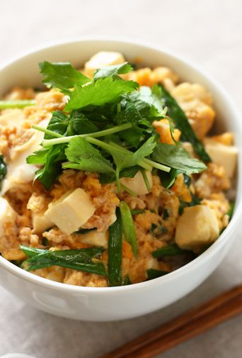 鶏ひき肉と豆腐の卵とじ丼
