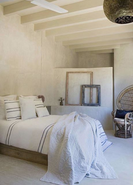Linens and texture in neutral colours, no mess and fluff   Bedroom like on holiday